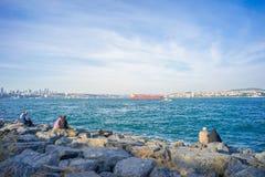 Trzy pary na skałach przy Bosphorus bankiem Obrazy Stock