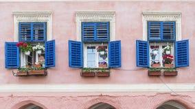 Trzy pięknego okno uszeregowywali w pałac w historycznym centrum Sibiu, Transylvania, Rumunia obrazy stock