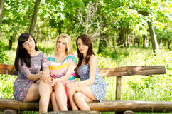 Trzy pięknego młodego żeńskiego przyjaciela Zdjęcie Royalty Free