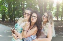 Trzy pięknego młodego boho modnej eleganckiej dziewczyny chodzi w parku Zdjęcie Royalty Free