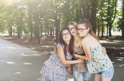Trzy pięknego młodego boho modnej eleganckiej dziewczyny chodzi w parku Zdjęcia Royalty Free