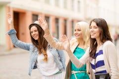 Trzy pięknej dziewczyny macha ręki Zdjęcie Stock