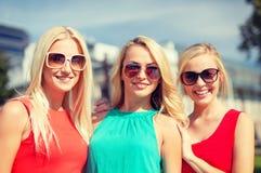 Trzy pięknej kobiety w mieście obraz stock