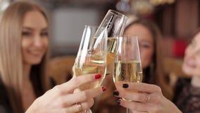 Trzy pięknej kobiety z szkłami szampańska odświętność na przyjęciu zdjęcie wideo
