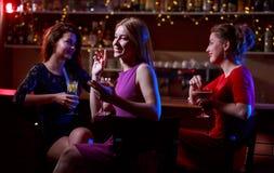 Trzy pięknej kobiety przy barem Zdjęcia Stock