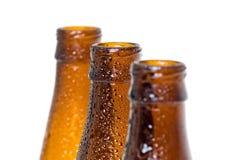 Trzy piwnych butelek wierzchołka z wodnymi kroplami Zdjęcie Stock