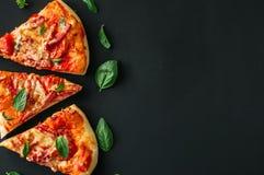 Trzy plasterków salami mozarella pizzy czerni tło Odgórny widok f zdjęcia royalty free