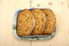 Trzy plasterka fruitcake na blaszanej tacy Zdjęcie Royalty Free