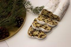 Trzy plasterka i głównej część Stollen odizolowywali na białym tle Tradycyjny Niemiecki boże narodzenie tort z marcepanami i fotografia royalty free