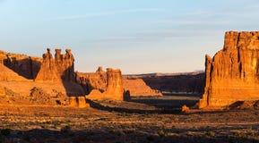 Trzy Plotkuję lokalizować wśród łuku parka narodowego Utah zdjęcie royalty free