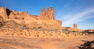 Trzy Plotkuję lokalizować wśród łuku parka narodowego Utah obrazy stock