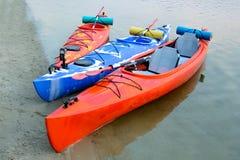 Trzy Podróżnego kajaka na piasek plaży blisko Pięknej rzeki lub jeziora przy wieczór Podróży i przygody pojęcie Obraz Royalty Free