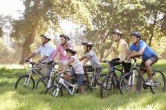 Trzy pokoleń rodzina Na cykl przejażdżce W wsi fotografia royalty free