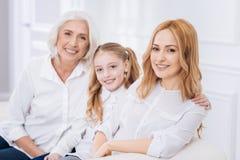 Trzy pokolenia rodzina odpoczywa na leżance zdjęcie royalty free