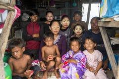 Trzy pokolenie Bajau plemię siedzi wśrodku ich drewnianej budy Zdjęcie Royalty Free