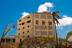 Trzy portreta są na ścianie budynek: Che Guevara, Fidel Castro Kubańska flaga rozwija Kuba havarti obraz royalty free
