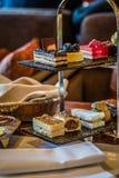 Trzy poziomów popołudniowej herbaty ciasta i set Zdjęcia Stock