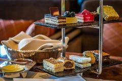 Trzy poziomów popołudniowej herbaty ciasta i set Obrazy Stock