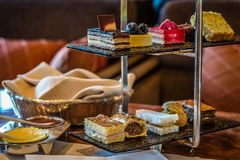 Trzy poziomów popołudniowej herbaty ciasta i set Obraz Stock