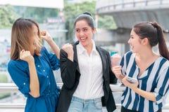 Trzy pracowników przyjaciela drużynowy świętować plenerowy obrazy royalty free