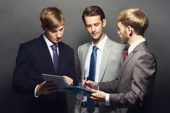 Trzy pracownika dyskutuje plany biznesowych Obraz Royalty Free
