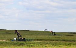 - trzy pracującej pompowej dźwigarki lub benzynowych studnie out w nafciana zielenieje pole obrazy royalty free