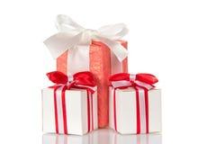 Trzy prezenta pudełka z faborkami i łęki odizolowywający na bielu Obraz Stock