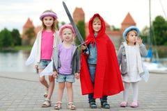 Trzy princesses i rycerz ma zabawę outdoors Zdjęcie Royalty Free