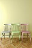 Trzy prosty krzesło w pustym pokoju Zdjęcie Royalty Free