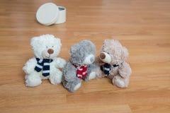 Trzy przyjaciół miś pluszowy od pudełka Obrazy Royalty Free