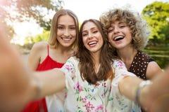 Trzy przyjaciela bierze selfies obrazy stock