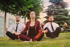Trzy przyjaciela w biznesów ubrań bosy robi joga Zdjęcia Royalty Free