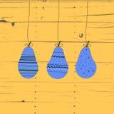 Trzy purpur bonkreta z ornamentami na sznurkach Drewniany tło Zdjęcie Stock