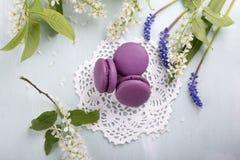Trzy purpurowego macaroons kwiatu i ciastka fotografia stock