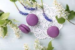 Trzy purpurowego macaroons kwiatu i ciastka zdjęcia royalty free