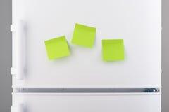Trzy puste miejsce papieru zielonej kleistej notatki na białej chłodziarce Obrazy Stock
