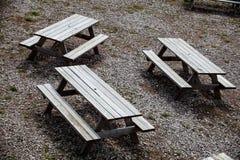 Trzy pusty uliczny drewniany stół z ławkami z obu stron stołu Plenerowy meble, lato czasu pykniczny miejsce dla fami Zdjęcia Royalty Free