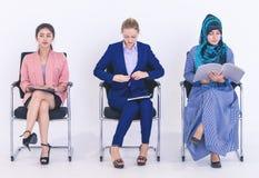 Trzy różnorodna kobieta czekać na akcydensowego wywiad obrazy stock