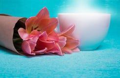 Trzy różowego tulipanu w papierze, filiżanka kawy Obraz Royalty Free