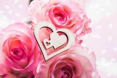 Trzy różowej pięknej róży z drewnianą postacią serce na one St Walentynki ` s dzień Obraz Royalty Free