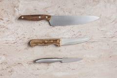 Trzy różnego knifes na marmurowym tabletop Obrazy Stock