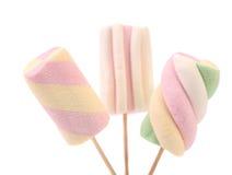 Trzy różny kolorowy marshmallow na kijach. Zdjęcia Stock