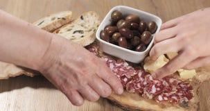 Trzy ręki bierze włoskie antipasti zakąski od stołu Zdjęcia Royalty Free