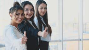Trzy ręki biznesmeni zamykają ich ręki, demonstrujący wydajną integrację i sukces w biznesie zbiory wideo