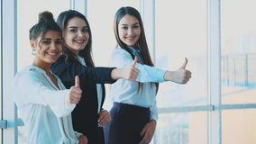 Trzy ręki dziewczyna biznesmeni zamykają ich ręki, demonstrujący wydajną integrację i sukces w biznesie zbiory
