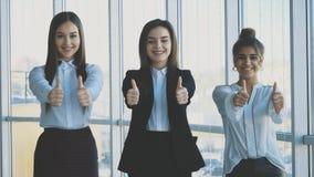Trzy ręki dziewczyna biznesmeni zamykają ich ręki, demonstrujący wydajną integrację i sukces w biznesie zdjęcie wideo