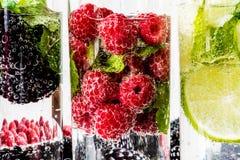 Trzy rodzaju detox woda z czernicą, truskawka, wapno z składnikami na białym drewnianym tle 2009 kwiatów makro- lato super Obrazy Stock