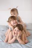 Trzy rodzeństwo siostry w istnym wnętrzu, styl życia Obraz Stock