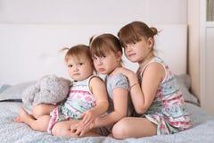 Trzy rodzeństwo siostry w istnym wnętrzu, styl życia Zdjęcie Stock