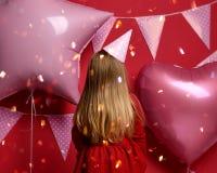 Trzy roku dziewczyna berbecia dzieciaka obracającego daleko od z menchiami szybko się zwiększać urodzinowego nakrętki odświętnośc Zdjęcie Royalty Free